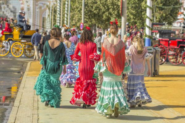 Señoras en trajes de faraláes, en la Feria de Abril de Sevilla, España